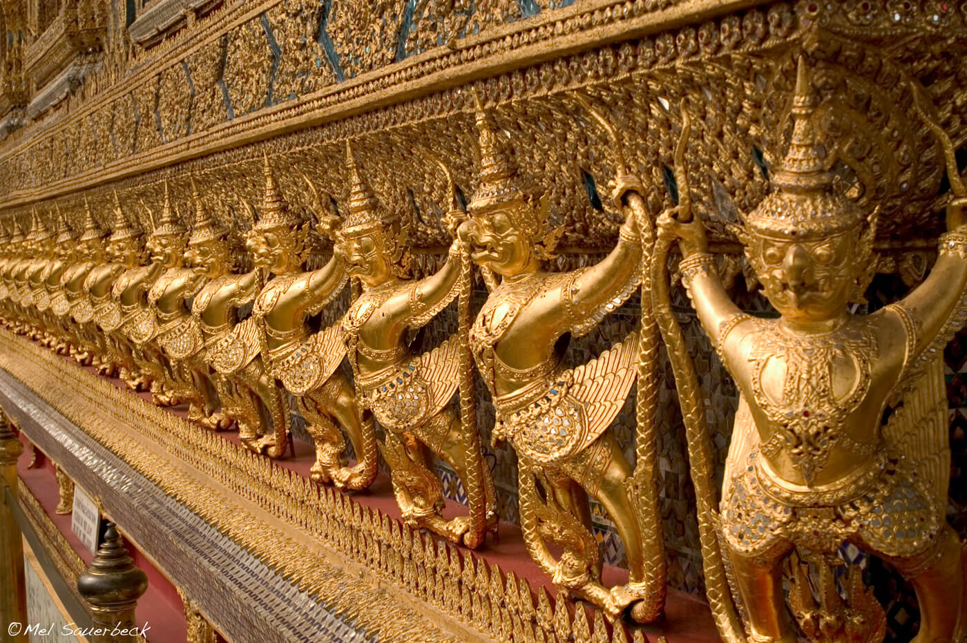 Golden Thai temple statues